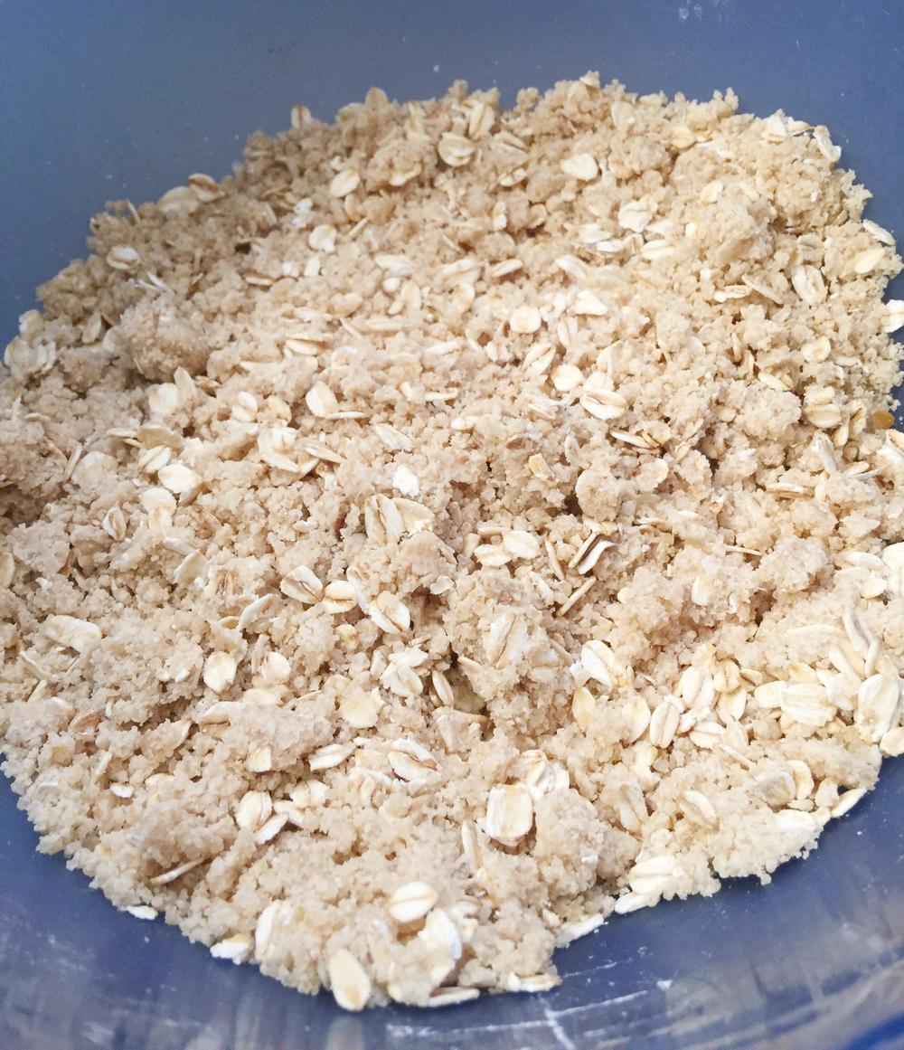 Mezcla seca: harina, sal, polvo para hornear, avena, azúcar morena y mantequilla.