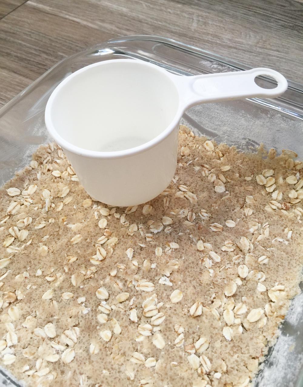 Presionar la mezcla seca contra el molde para compactarla