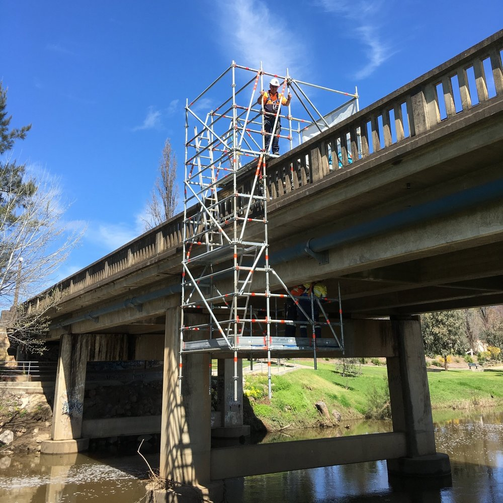 Mobile, cantilevered and hung scaffold to enable emergency bridge maintenance.