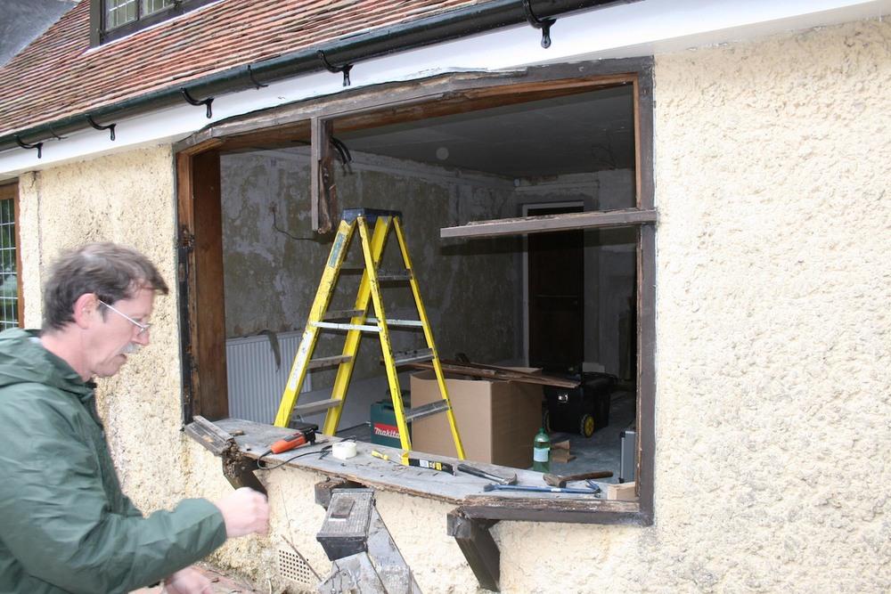 Removing an oak bay window for restoration