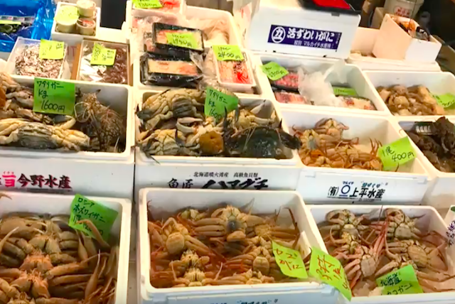 Tsukiji Fishmarket - The guide take you to have a look market