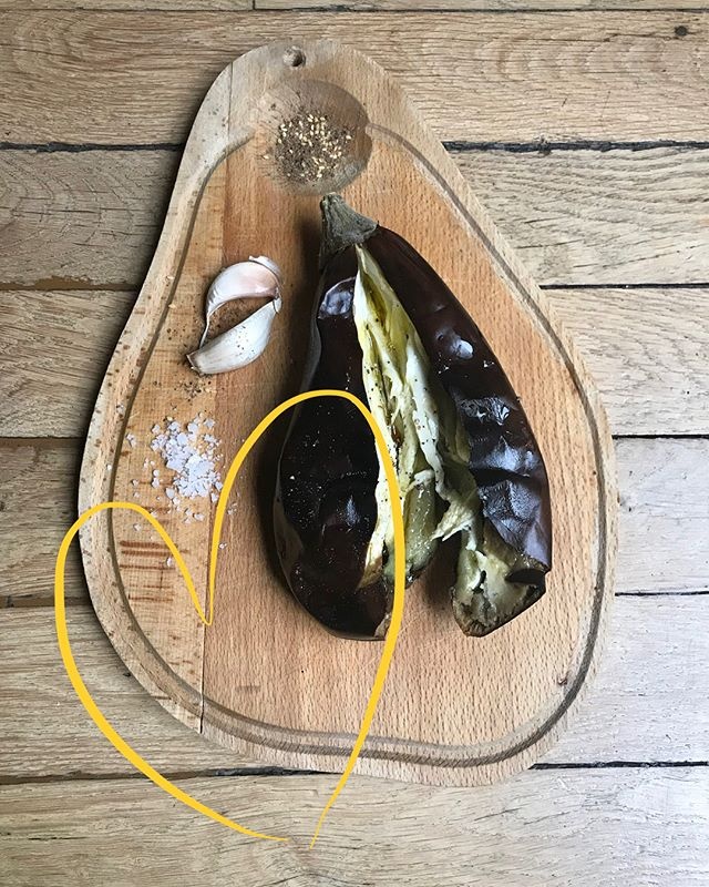 SUNDAY RECIPE voilà comment une belle aubergine bio 🍆 rôtie au four se transforme en caviar du samedi soir ! 😜  Si l'aubergine est bio vous pouvez mettre la peau croquante dans le blender avec une pincée de gros sel marin , des épices ,de l'huile d'olive et de l'ail ! Oops sans oublier un peu de citron 🍋. On adore l'ail un véritable allié santé , un antibiotique naturel 👌🏻 et son goût inimitable, si vous avez du mal à la digérer n'hésitez pas à enlever la petite pousse verte à l'intérieur 😜 vous allez retrouver cette recette maison et bien d'autres chez @maisiecafe cette semaine ! Bon dimanche 😘  Our sunday recipe is easy peasy and a favourite , one organic roasted eggplant with a pinch of sea salt , a couple of soupspoon of olive oil , some spices and a clove of garlic 🍋 add in a teaspoon of lemon and there you have your eggplant caviar ! Yum . Garlic is an absolute go to for @maisiecafe , we love the strong taste and its powerful and natural antibiotic properties ! You can find this homemade recipe and many others @maisiecafe 👀👌🏻 Have a lazy sunday folks 🧜🏻♀️ #parisvegan  #plantbased  #plantprotein  #healthyanddelicious  #whatveganseat  #recipe  #sundaymood
