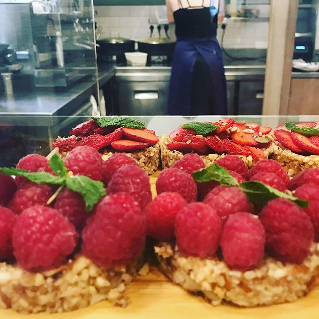 BERRIES 👀 c'est des framboises , ou des fraises c'est tout simple et c'est si bon sur une tartelette crue 😋 Raw , seasonal juicy berries on a yummy tart keep the doctor at bay 😛 #seasonal  #raw  #plantbased  #parisvegan  #maisiecafe  #organic  #healthyanddelicious