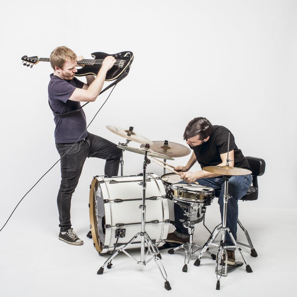 DOT  (Fransk Duo Rock/stoner) DOT erbjuder en stil av orörd och originell rock. En liten grupp (bas / trummor) som lämnar ett litet utrymme för krusiduller, känslor tunga och energiska. Duon behärskar ett fullständigt nedsänkt ljud. Musikerna har lärt sig att tänka längre än och över de rytmiska egenskaperna hos sina instrument. De har utvecklat en tung basresonans genom att verkligen knuffa instrumenten över sina gränser.  www.dot-duo.com   https://www.youtube.com/watch?v=B0p2opbhQDU