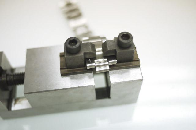 錶帶是最容易磨損及因長年使用而伸長,本公司有為客人修理錶帶之服務,以鋼材及黄白金等為主要材料,細心將每一格拆除及修理。並以勞力士為主要修理目標。其他如亞米茄,宇宙,帝陀等之鋼材及黄白金錶帶。如要修理錶帶請與我們聯絡。