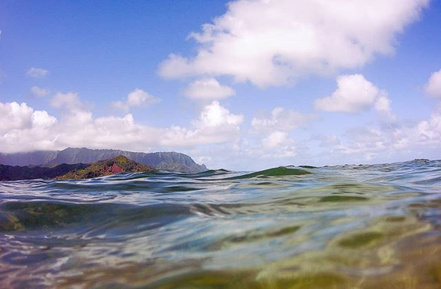 Hanalei Bay snorkelling on the North shore of Kauai. . . . #hawaii #kauai #hanaleibay #hanalei #ocean #snorkeling #coast