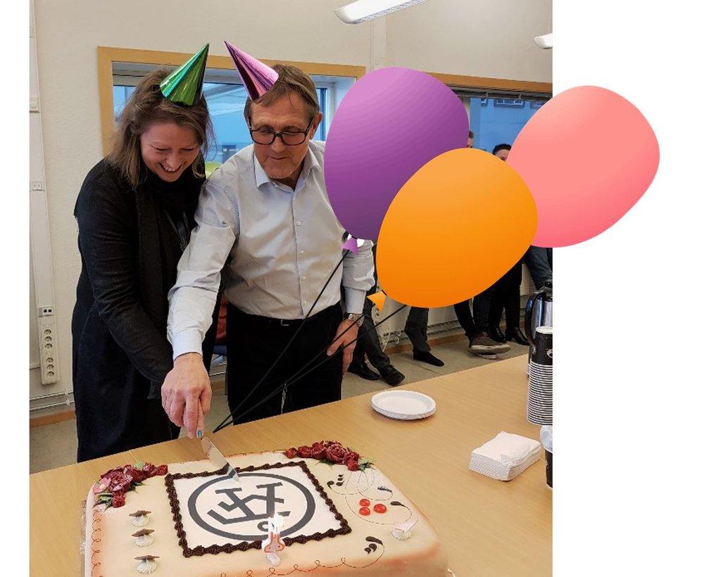 Bildet viser Siri Hunnes Blakstad og Arnfinn Hardersen som tar en bit av ÅF-kaka.