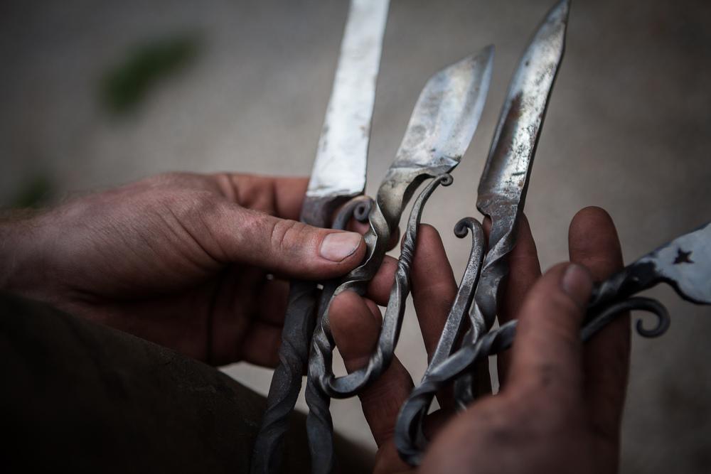 Nærbilde av håndlagde tradisjonskniver. Foto: Ingrid Aas