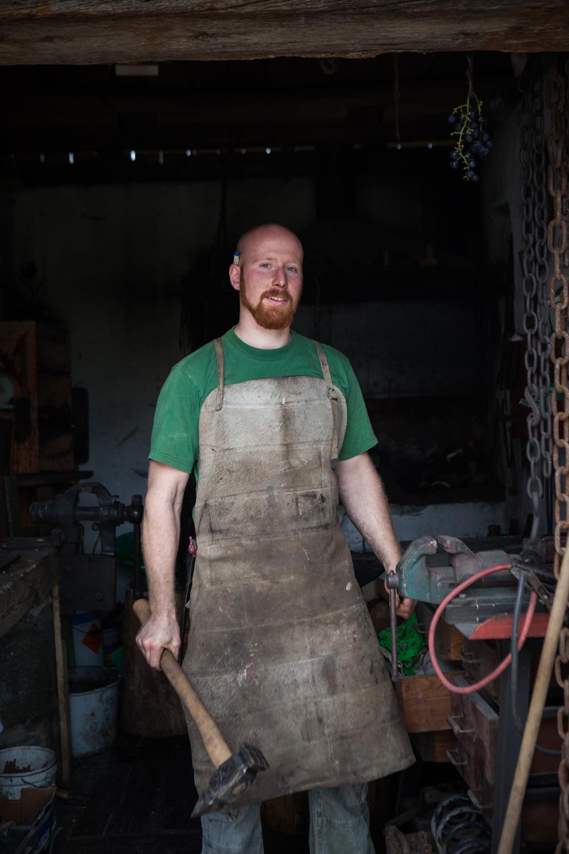 Lennart Jence har blitt lært opp i smedkunst og lager nå egne produkter for salg. Foto: Ingrid Aas