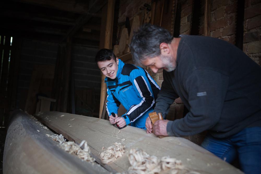 Sandi Lovko er sønn av Tone Lovko. Nå viderefører han kunnskap om båtbygging til sin egen sønn. Foto: Ingrid Aas