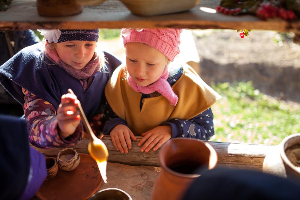 Samarbeidet mellom Vikingu Kaimas og Lofotr bruker nye læringsmetoder og vikinghistorie. En av side-effektene er å øke turisme i nærområdet.Foto: Julie Lunde Lillesæter/Differ Media