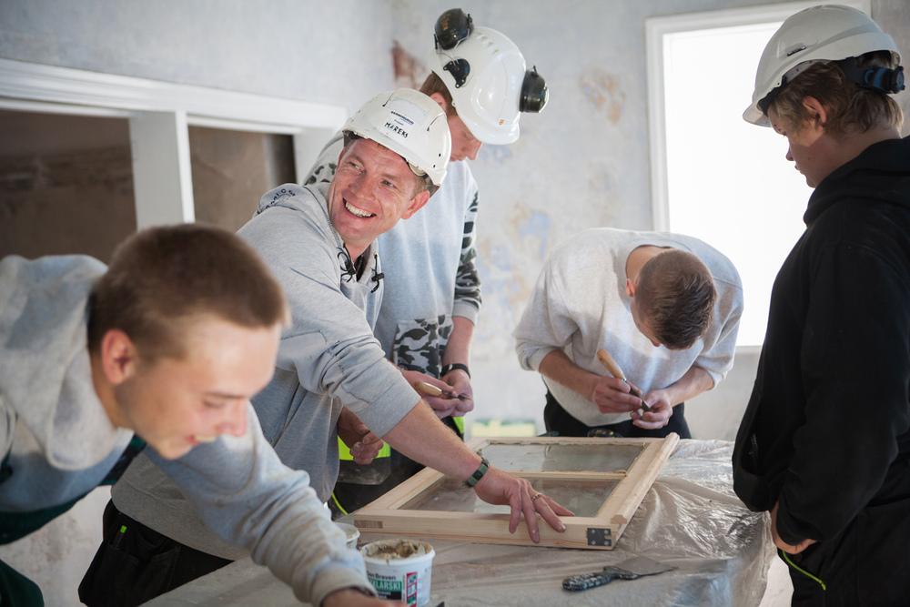Norske og latviske elever gjør klar vinduer til synagogen, høsten 2015.Foto: Ingrid Aas
