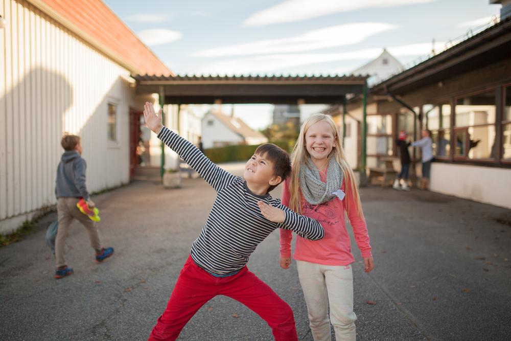Nesten som supermann! To blide operasjefer ved Rommetveit skole på Stord.  Foto: Julie Lunde Lillesæter/Differ Media