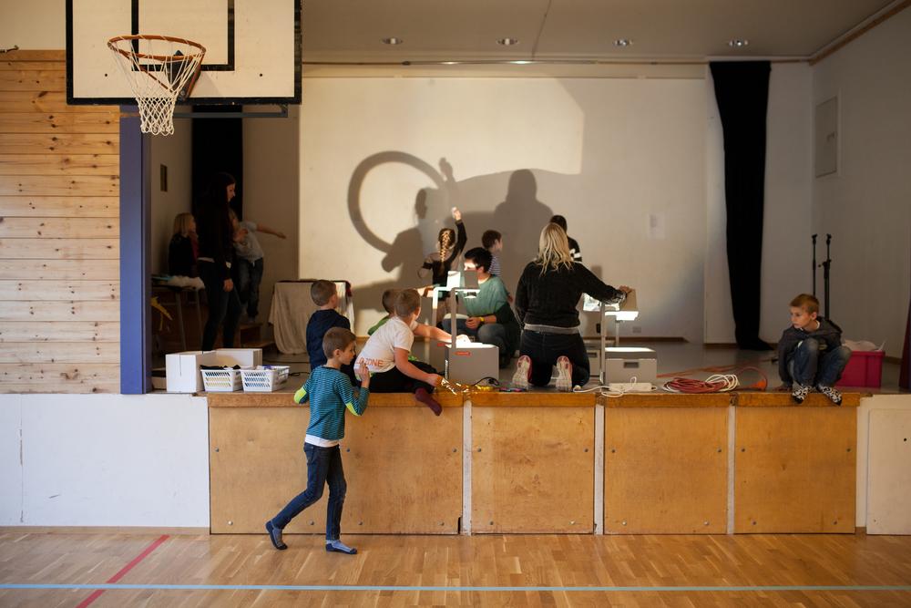 Elevene gjør klart til forestilling. Elevene har selv ansvaret for alt i forestillingen. Foto: Julie Lunde Lillesæter/Differ Media