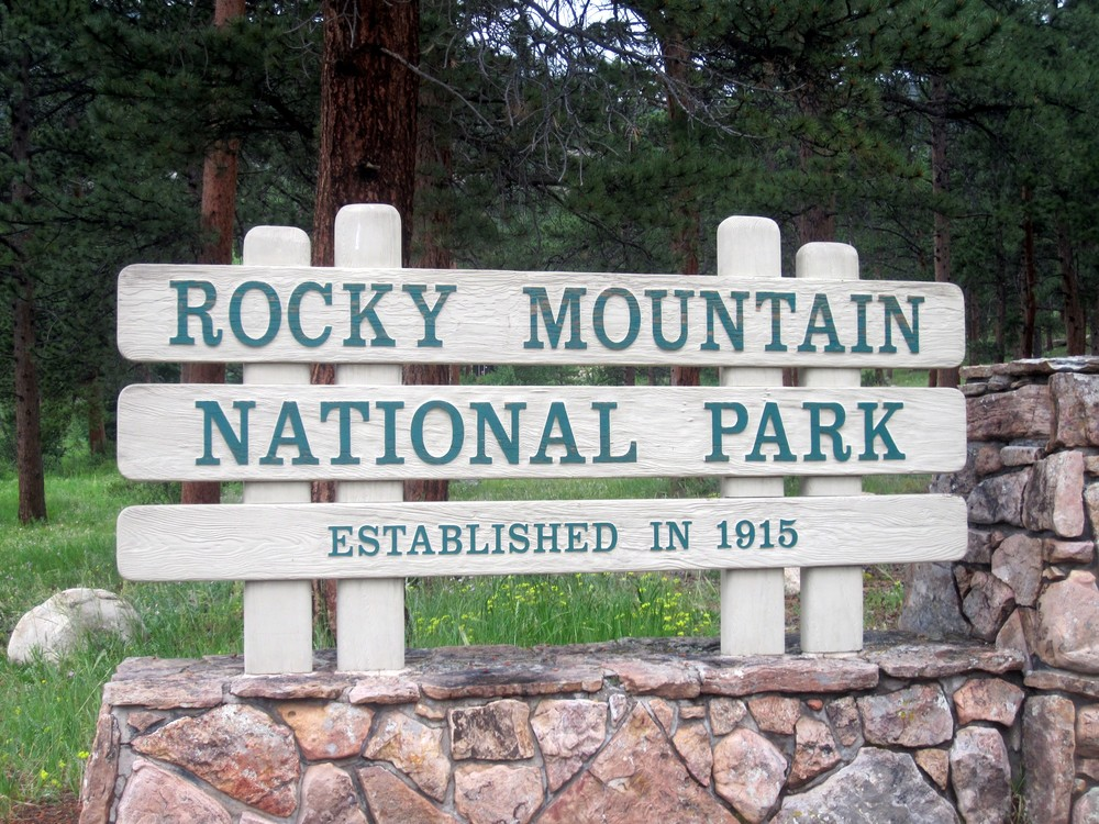 Rocky_Mountain_National_Park_entrance_sign_IMG_5252.JPG