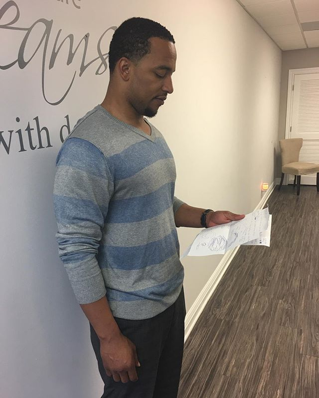 MR. KEVIN PAYNE #nfl #chicagobears #football #chitown Reading some awesome letters from his young fans @opalinsurancegroupchicago