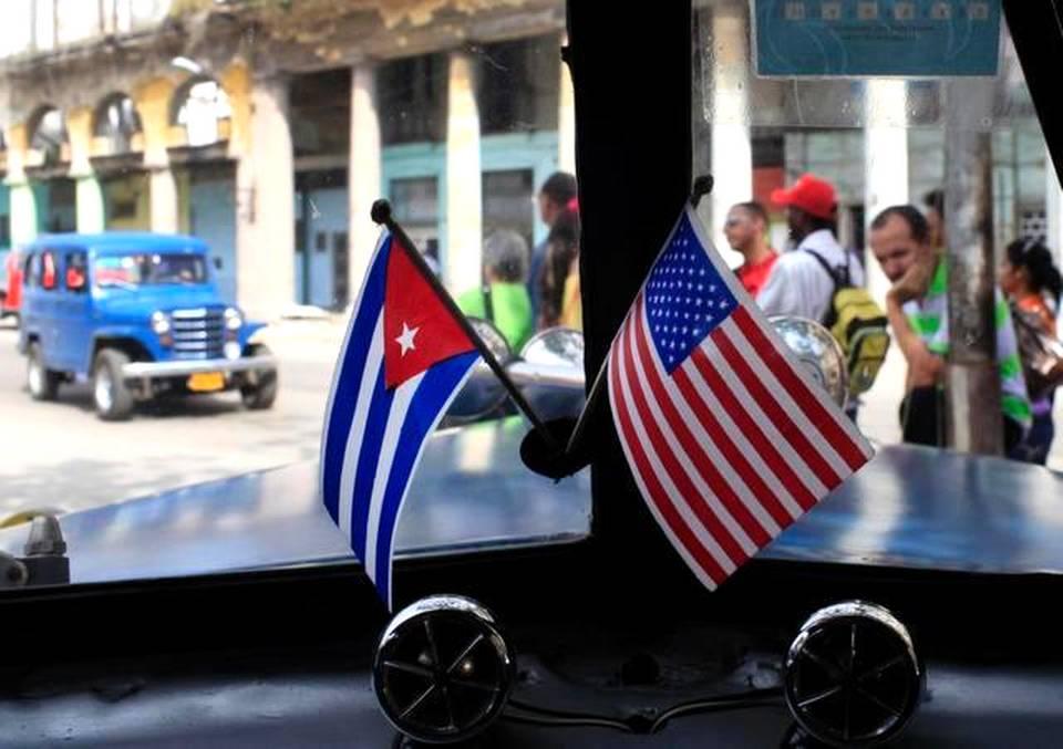 Foto de archivo del 22 de marzo de 2013 en el que dos banderas miniatura de Cuba y Estados Unidos decoran un antiguo automóvil en La Habana.FRANKLIN REYES AP