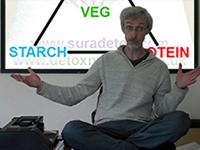 Nutrition expert Dao Earl talking at Sura Detox Retreat