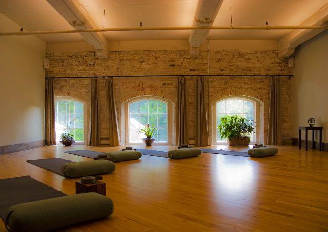 1eb96ef5e068c0c4f122de66f77f7a68--yoga-room-design-yoga-studio-design.jpg