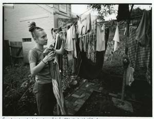 11 Liz Ham: postwar to punk MITCHELL OAKLEY SMITH   Liz Ham, Sandra hanging her washing, Newtown, 1996. Images courtesy the artist.