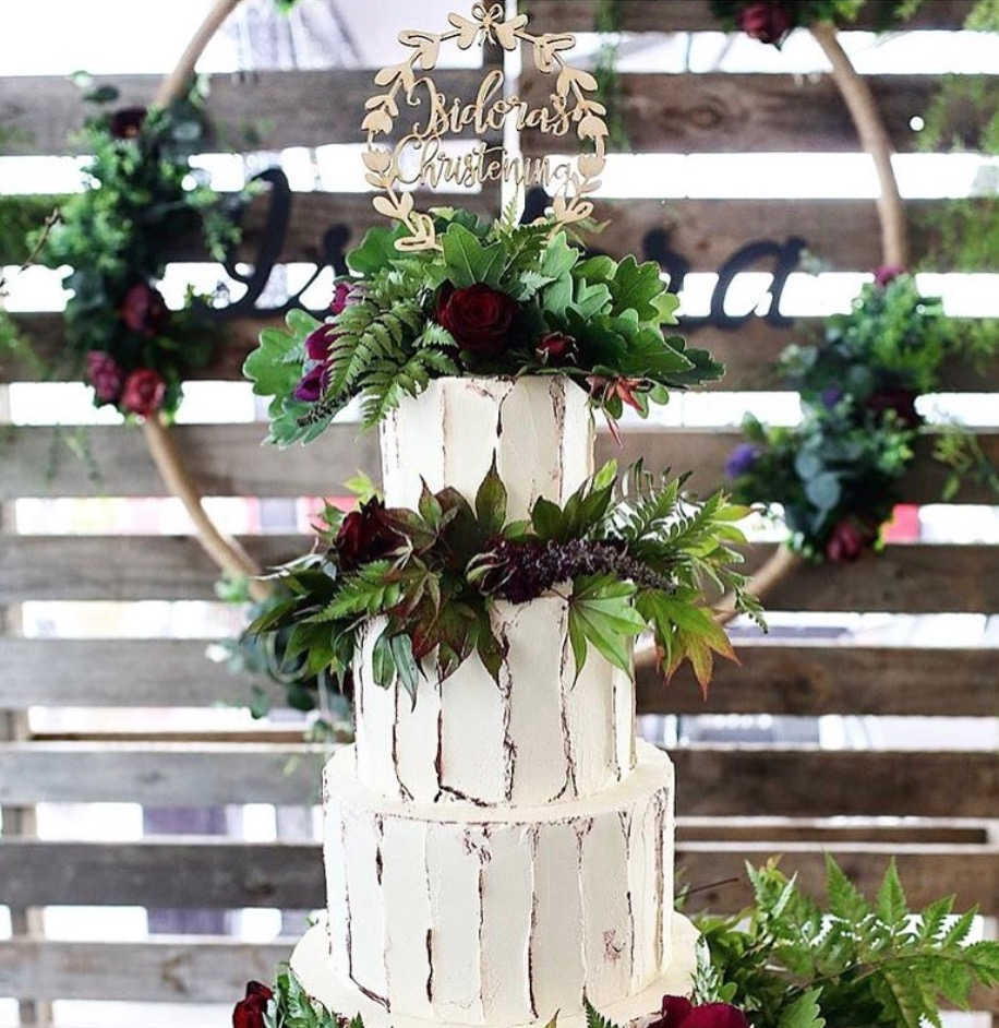 Enchanted forest 🍃with our cake topper wreath !  Cake by the amazing  @ivyandstonecakedesign   Photo by  @jessicaabraham_moments