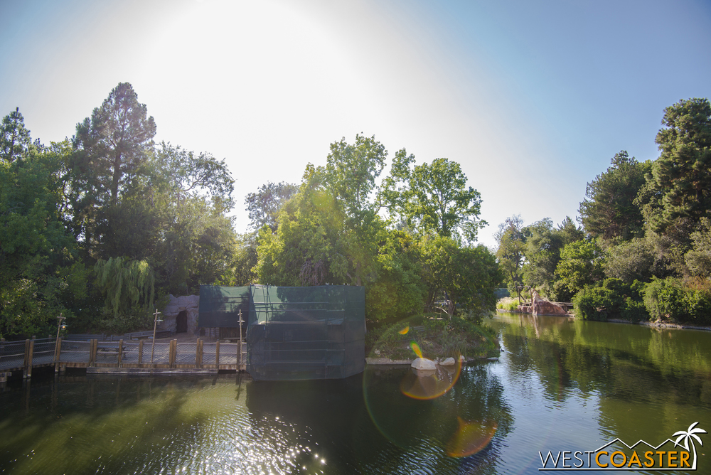 Now moving around the riverbend toward the interior of the east side of the Rivers of America.