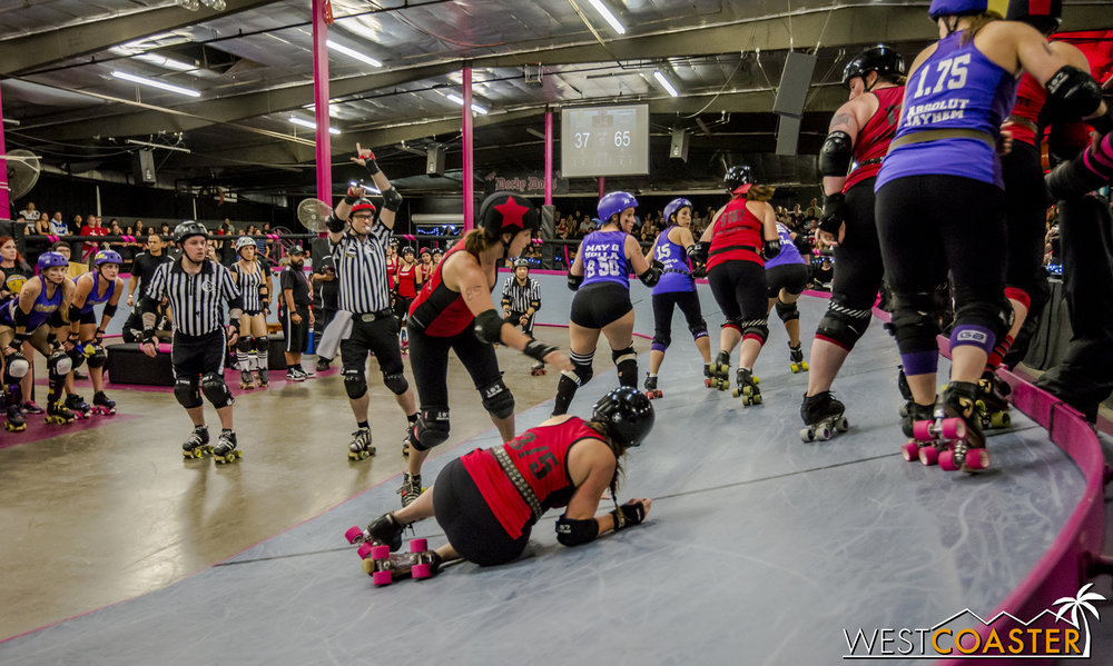 More spills as blockers battle to stifle the opposing jammer (with the star on her helmet) while letting their own jammer pass through.