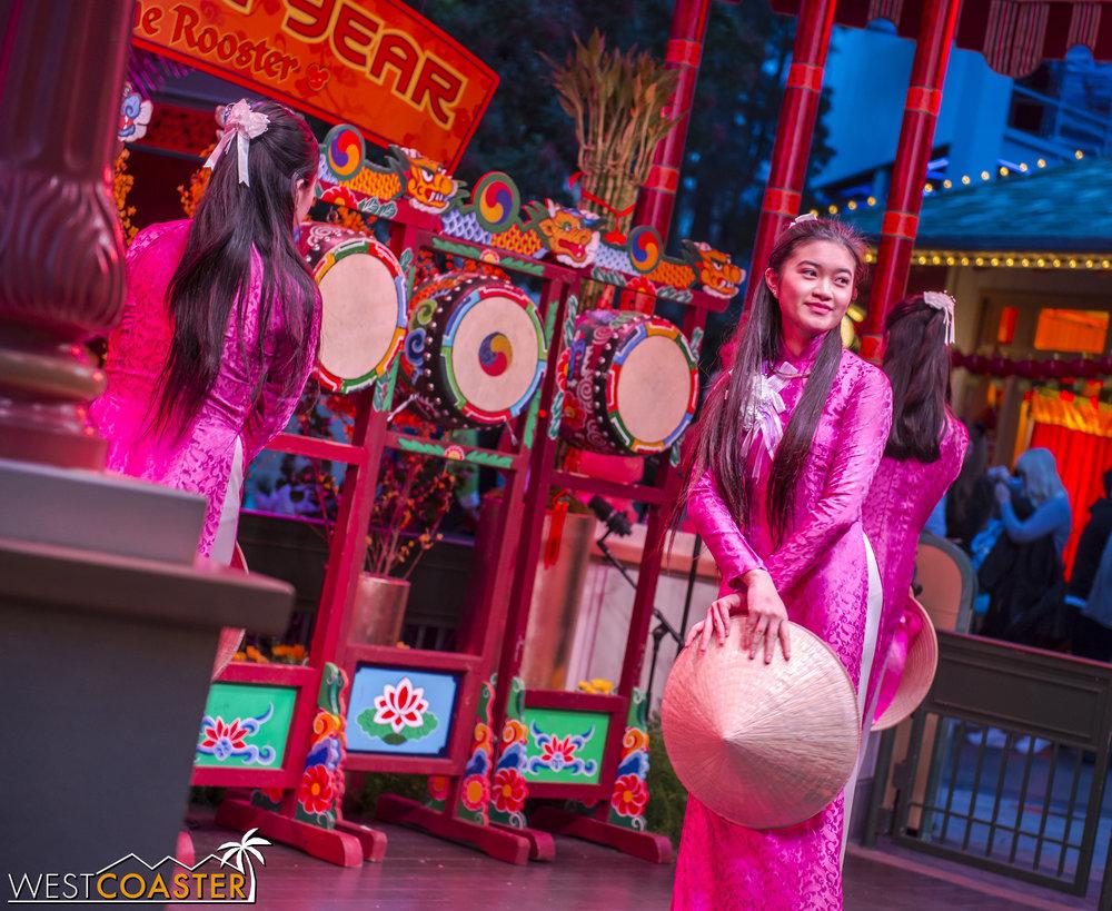 DLR-17_0124-0112(Show-Girls).jpg