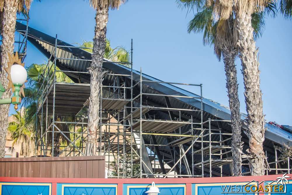 Even though it doesn't actually match or fit with the Victorian seaside park aesthetic of most of the rest of Paradise/Pixar Pier, the form of the station looks great!