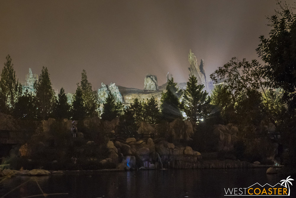 And here's a super special nighttime look at Batuu!!