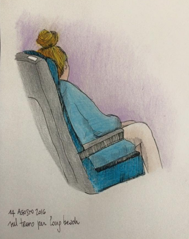 Una ragazza in treno pronta per andare verso le spiagge