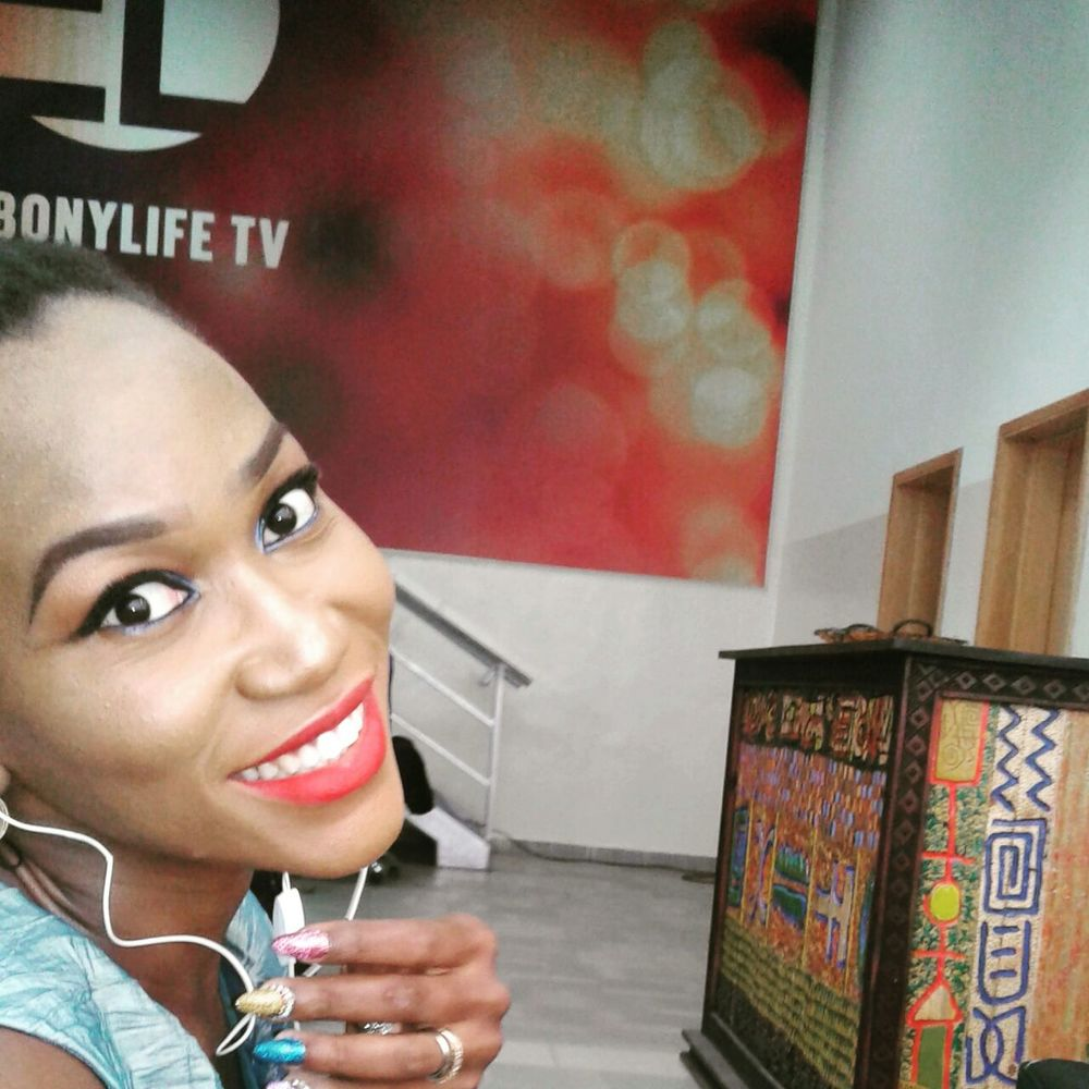 On set at Ebony LifeTV . Peep the manicure!
