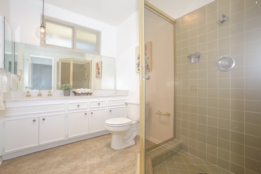 027-front_Bathroom-4443094-small.jpg