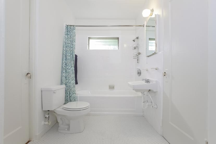 016-Bathroom-4517249-small.jpg