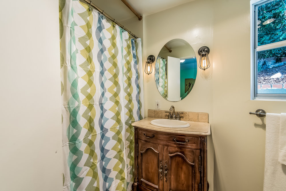 026-Bathroom_off_side_bedroom-2907728-medium.jpg