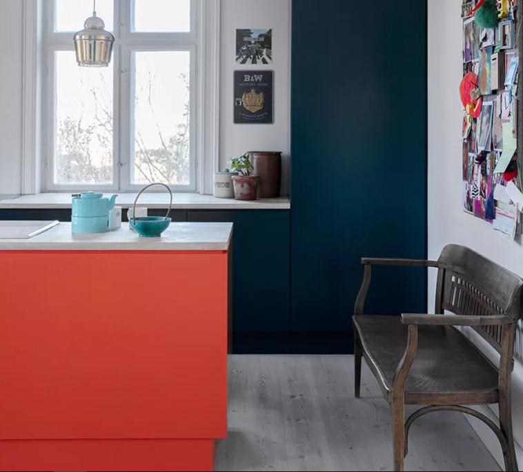 Blue accent wall in kitchen   Bo Bedre.dk
