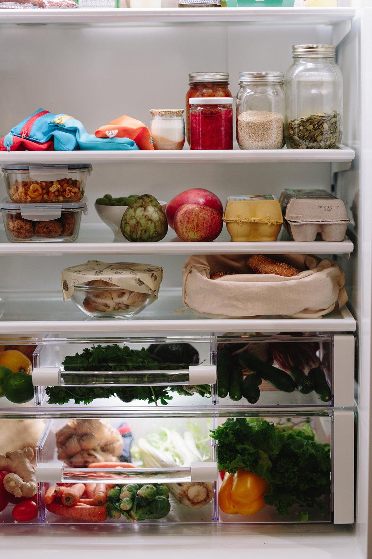 - ....Glass jars and containers. Perfect for storing all kinds of foods from nuts, fresh products to leftovers...Bocaux et récipients en verre. Parfait pour stocker toutes sortes d'aliments comme des noix, produits frais, et restants.....