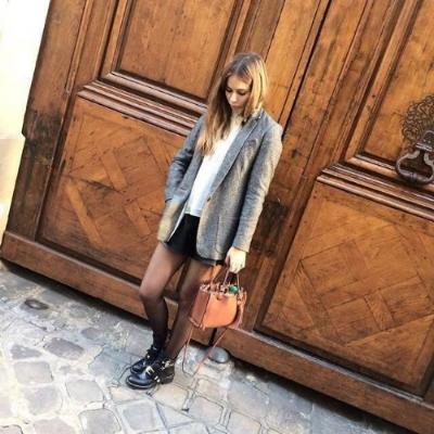 Ma tenue pour cette journée au top : (veste Margaux Lonnberg dispo sur www.shopnextdoor.fr, boots ceinturées Balenciaga, short en cuir,top blanc à volants, sac bandoulière marron Zara) !