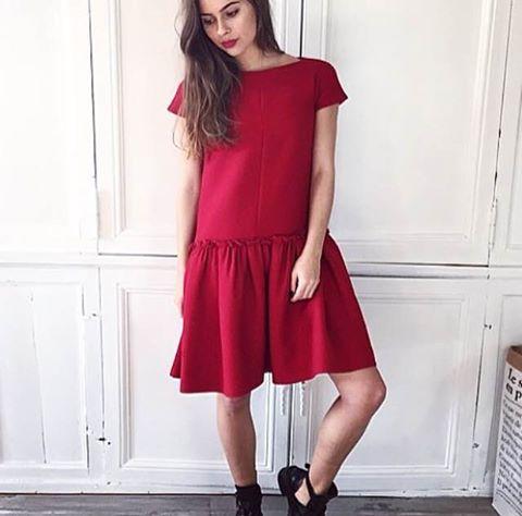 robe en laine rouge et jupe volanté -CACHAREL bottines à ceintures - BALENCIAGA rouge à lèvres - MAC Cosmetics