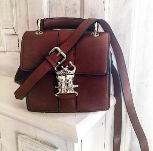 un petit sac à bandoulière, carré,marron aux détails dorés : Zara