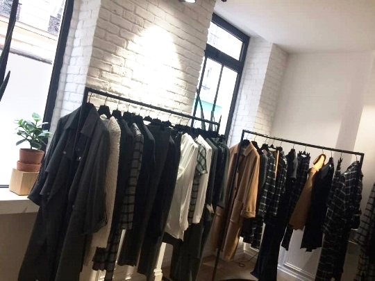 Showroom à tomber, une collection 2017/2018 au top faite de belles coupes, de matières de qualité, de nouveaux motifs minimalistes, de quoi vous donner une dégaine sans le moindre effort ! Du Margaux Lonnberg quoi !