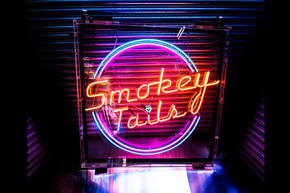 smokey_tails_neon_signage