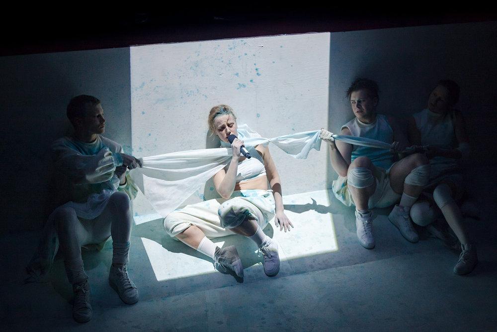 Tragedi, Ohjaus, koreografia ja dramaturgia: Jacob Höglund. Helsinki, 2016.