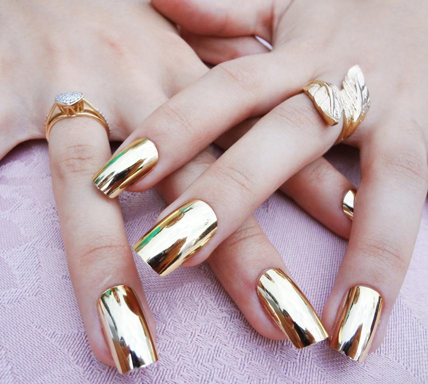Metálico dourado.