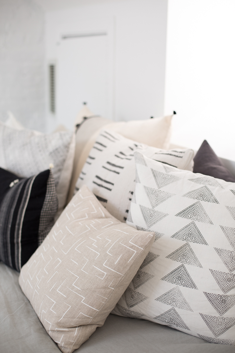 A great example of mixing patterns in  Danielle Moss's  Chicago apartment via  The Everygirl .
