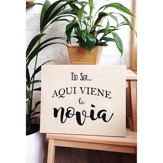 Listo mi primer encargo!! Que vivan los novios!!! 👰🏻👰🏻 Te casas??? Encárganos tus carteles personalizados!!! #cartelesboda #concarinoyenpapel #talleres #montecarmelo #madrid #cartelesmadera #carteleria #artesania