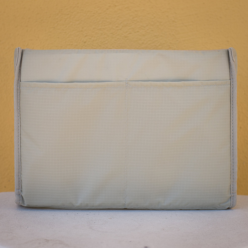 The removable insert with 2 slip pockets on this one side.