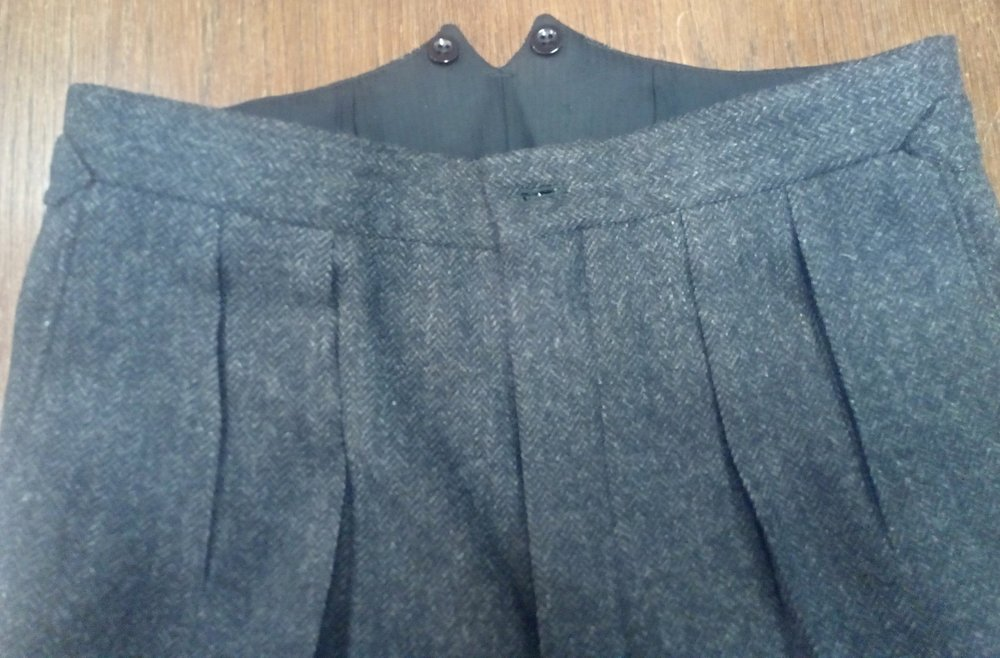 Twin forward pleats