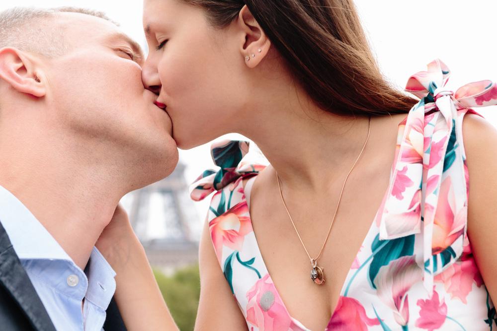 Paris Photographer Eiffel Tower Kiss Couple IheartParisfr