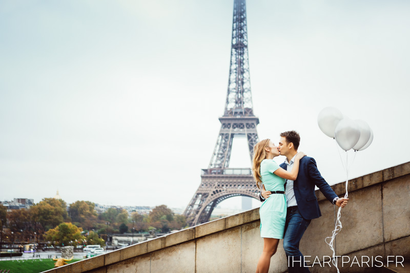 Photographer in Paris Engagement Balloons Eiffel Tower